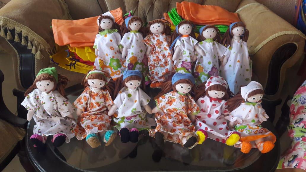 Elaboración de carros y muñecas en Manaure Bajo