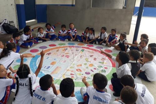 Niños aprenden sobre hábitos saludables